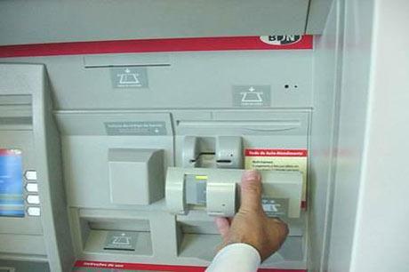 Skimmer yang canggih sangat sulit dibedakan dari ATM tanpa skimmer.